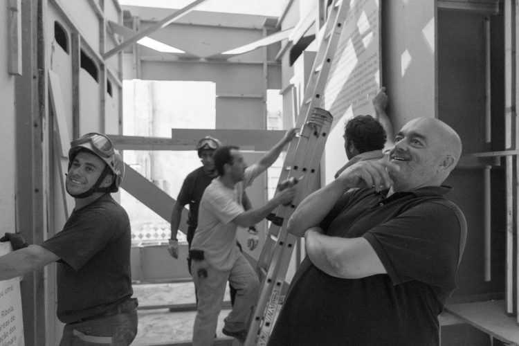 """Pedro Cabrita Reis durante a """"transformação"""" da Sala da Cidade Foto de João Ferrand"""