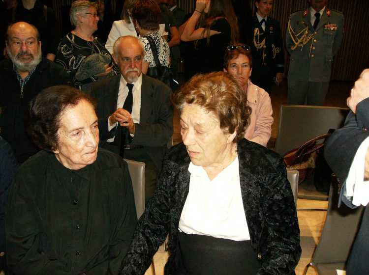 Teresa Granado conforta a viúva de António Arnaut