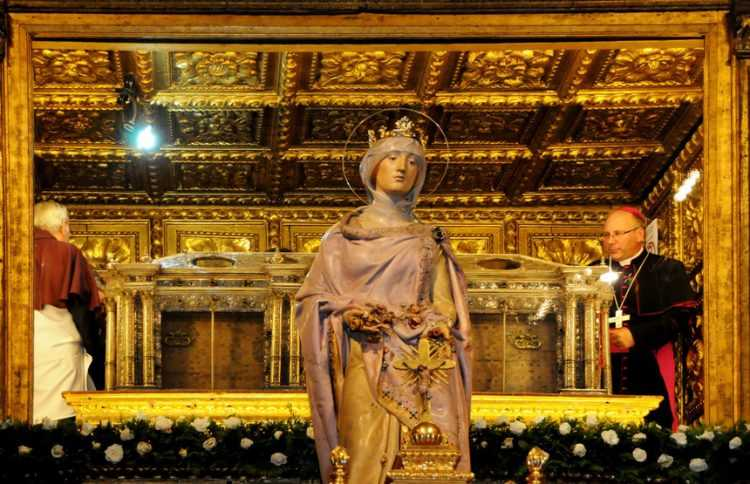 13 - Rainha Santa túmulo