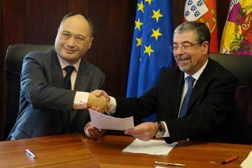 Isbrand Ho, irector-gerente da Divisão Europeia de Vendas de Automóveis da BYD Europe BV, e Manuel Machado, presidente da Câmara Municipal de Coimbra