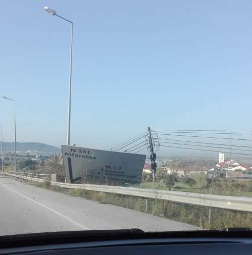 Sinal de trânsito tombado - Taveiro