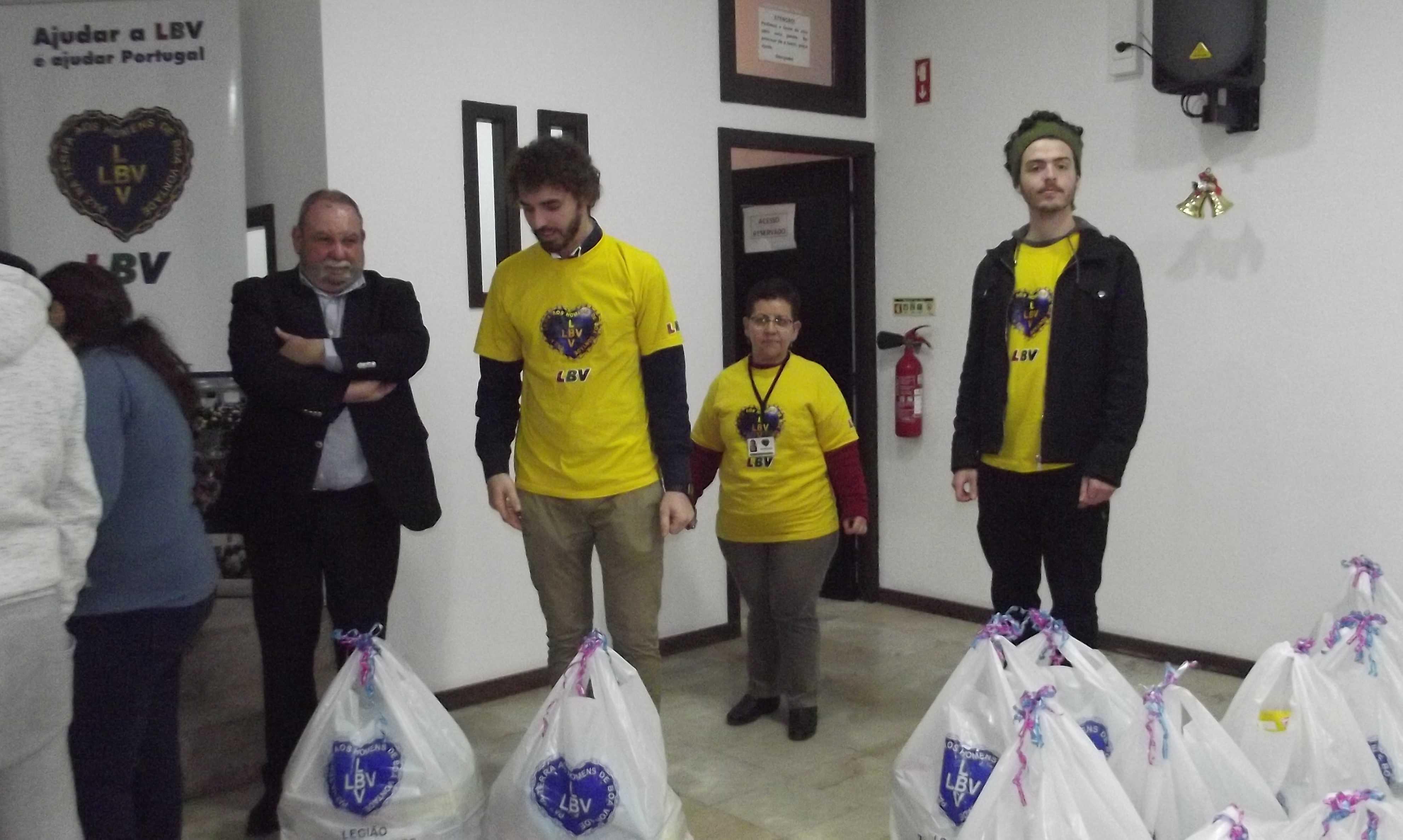 Jorge Alves ajudou a entregar os cabazes